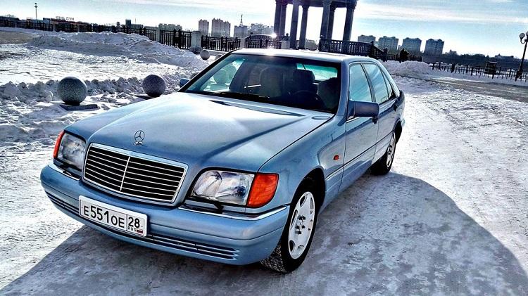 Голубой Mercedes-Benz S-класса