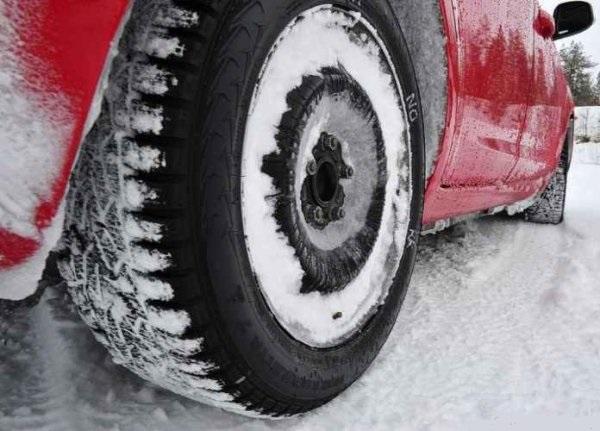 Покрышка авто в снегу