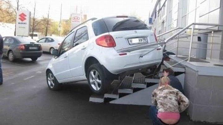 Машина задними колесами на ступеньках крыльца
