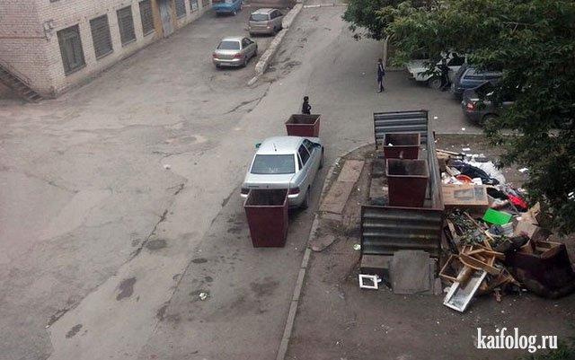 Авто припарковалось между мусорными баками