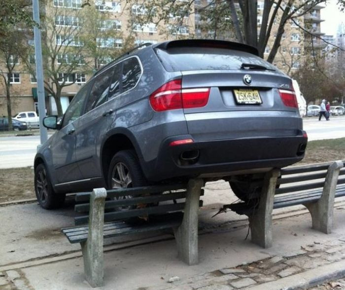 Машина задними колесами на лавочке