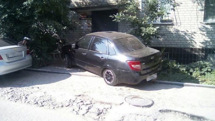 Машина припаркована на крыльце