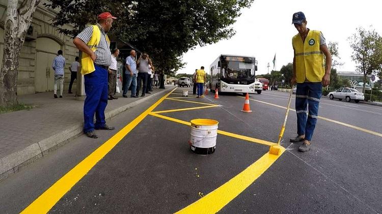 Желтая зигзагообразная линия на дороге