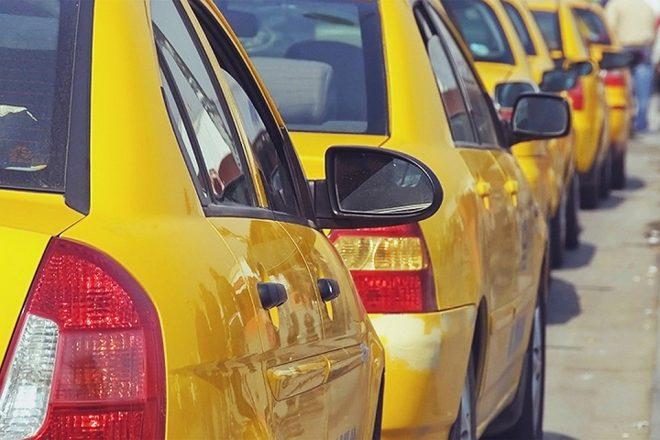 Машины такси в ряд