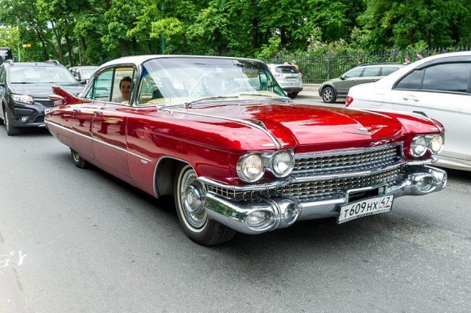 Ретро авто красного цвета