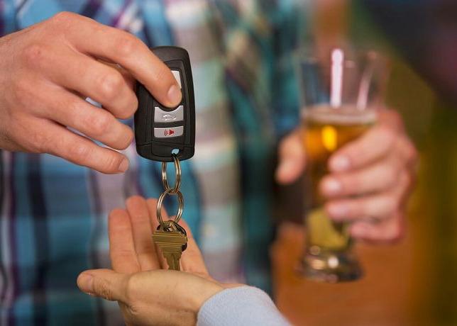 Бокал со спритным и ключи от машины