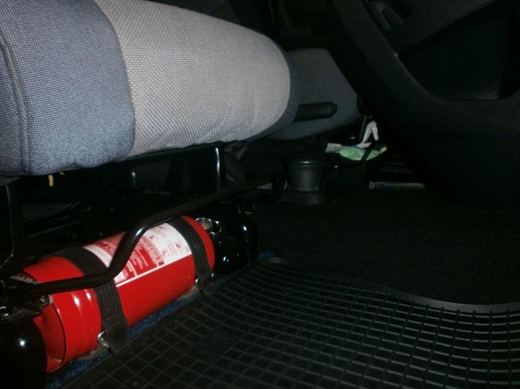 Огнетушитель под водительским сидением