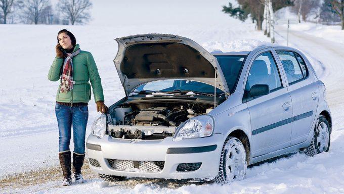 Девушка и машина зимой