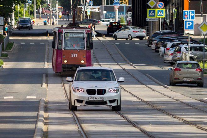 Машина перед трамваем