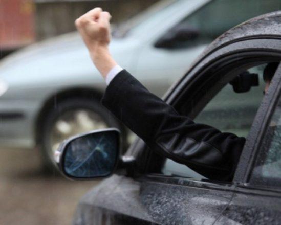 Водитель показывает кулак из окна