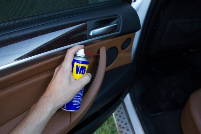 ВД-40 распыляют в салоне автомобиля