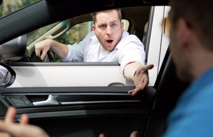 Водитель спорит с другим водителем
