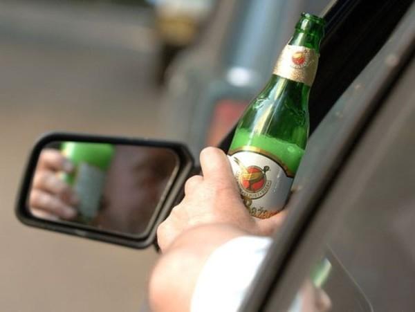 Пиво в руках у автомобилиста