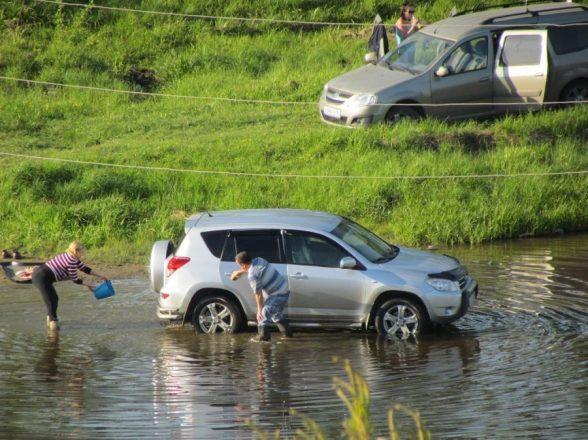 Мойка машины в реке