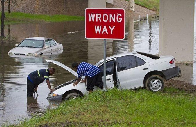 Машина плывет
