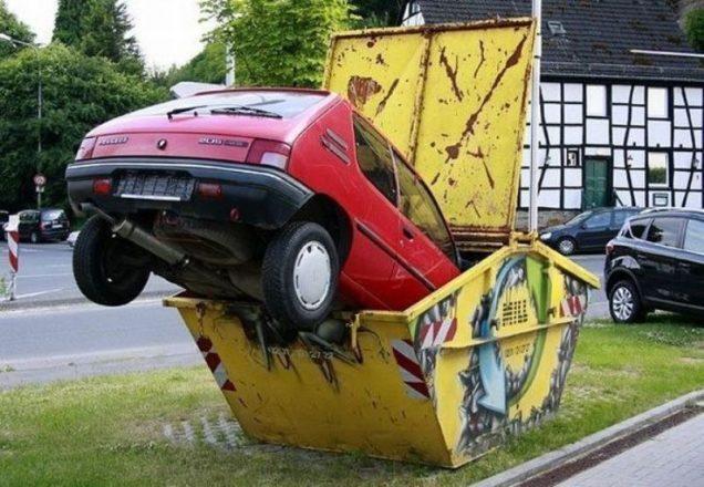 Машина в мусорке