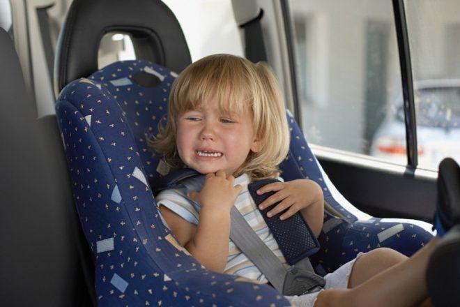 Ребенок плачет в автокресле