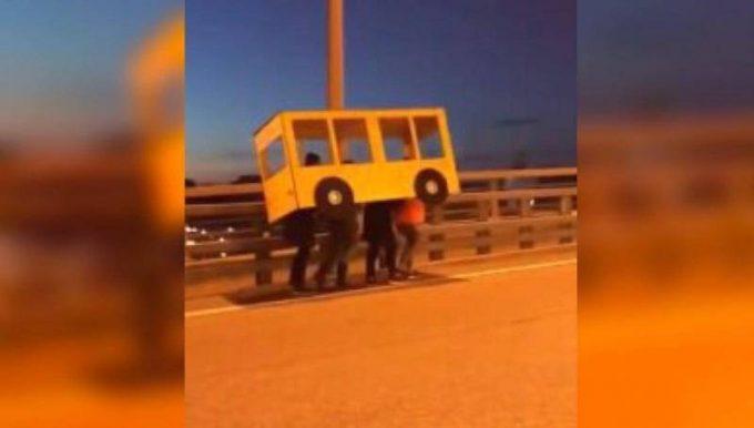 Веселый автобус на мосту