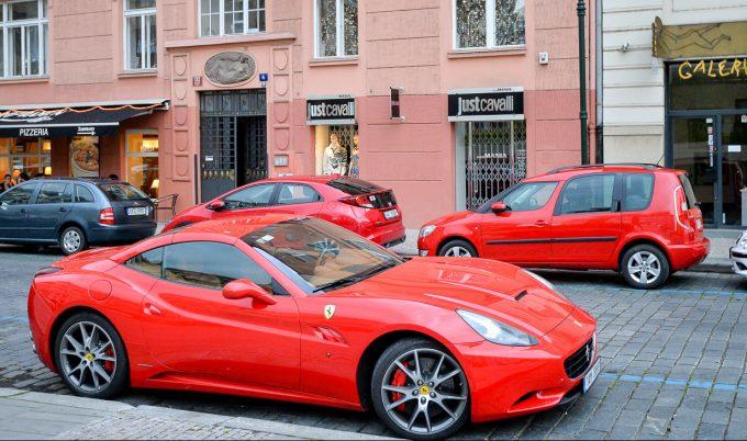 Авто красного цвета