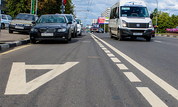 Машины на полосе для движения автобусов