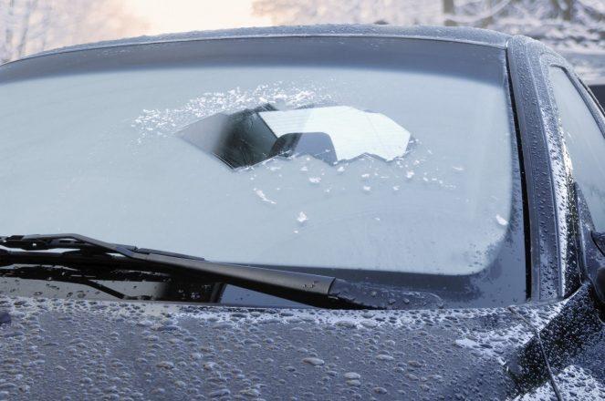 Как почистить лед на лобовом стекле