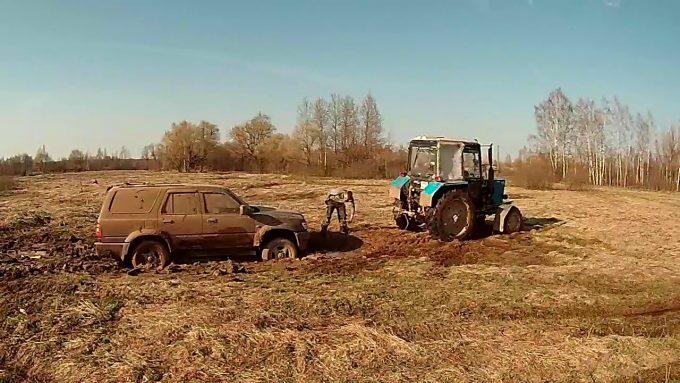 Джип застрял в грязи