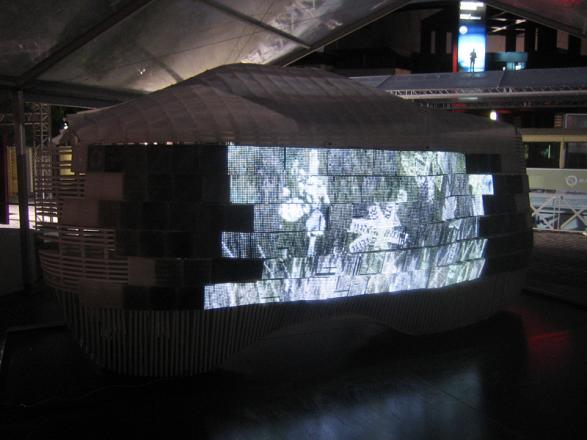 Остановка со светодиодами в Париже