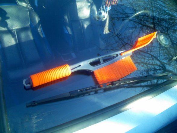 Щетка для чистки снега с авто со скребком