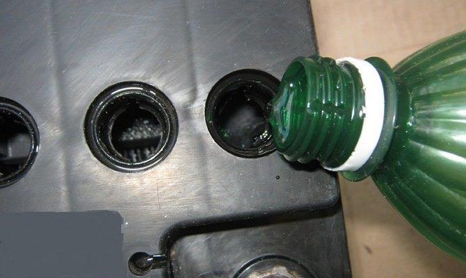 Как залить воду в аккумулятор