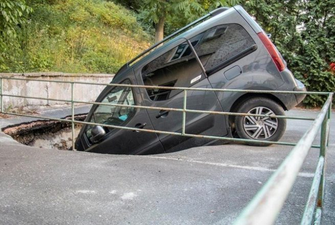 Авто в яме