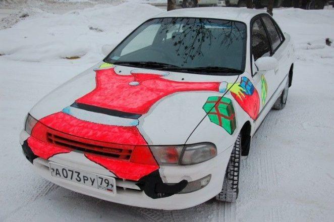 Дед Мороз на капоте
