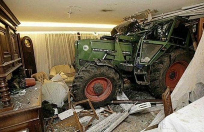 Трактор заехал в комнату