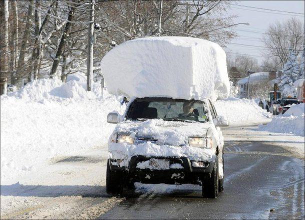 Машина с сугробом на крыше