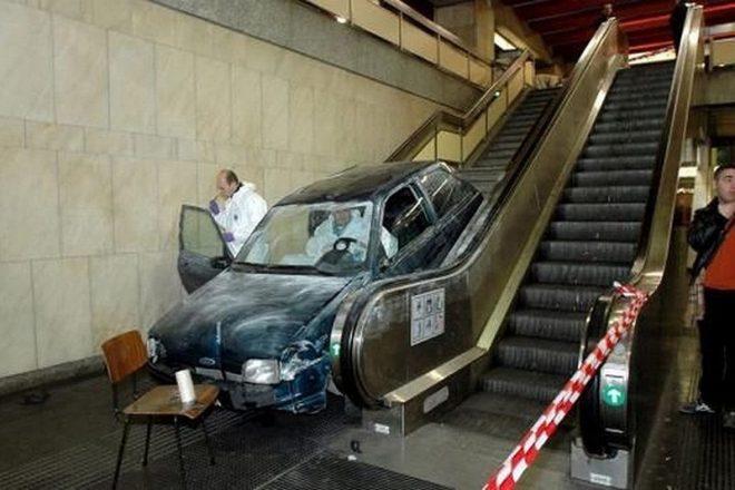 Автомобиль на эскалаторе