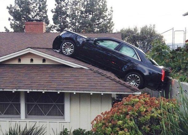 Машина на крыше дома