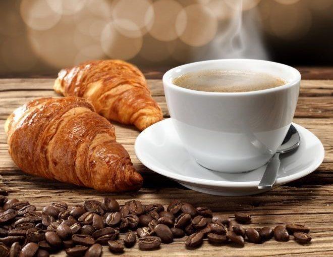 Кофе и круассан