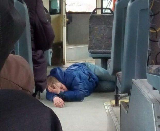 Уснул на полу