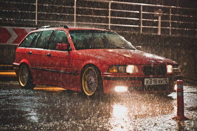 Машина под дождем