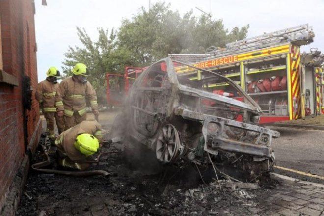Пожарники тушат Smart ForTwo Electric Drive