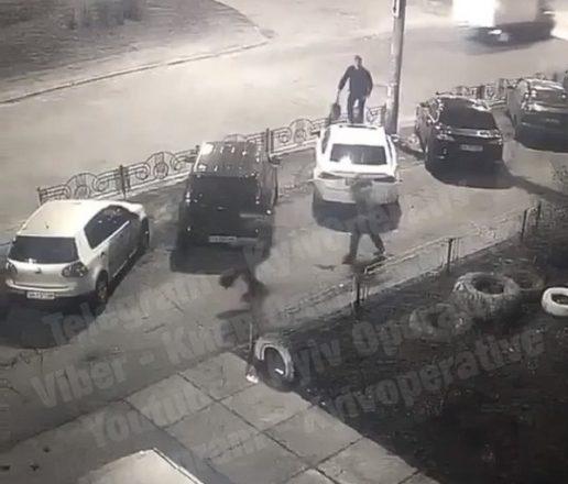 Мужчина прыгает по крышам машин