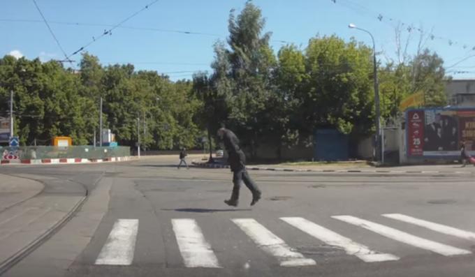 Пенсионер перелетает дорогу