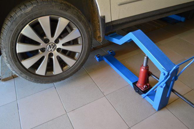 Домкрат для подъема машины