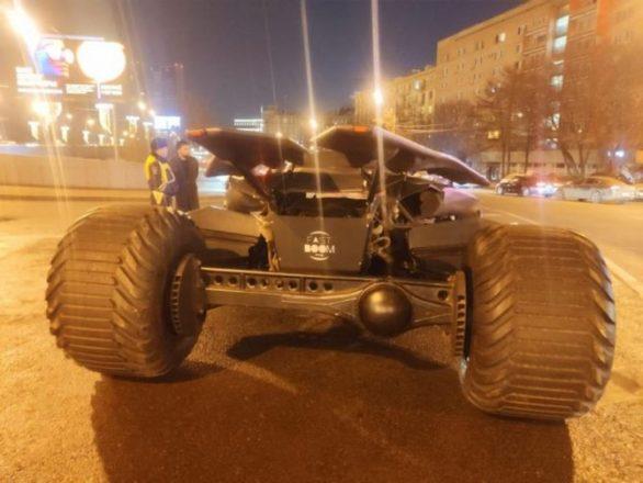 Бетмобиль на улицах Москвы