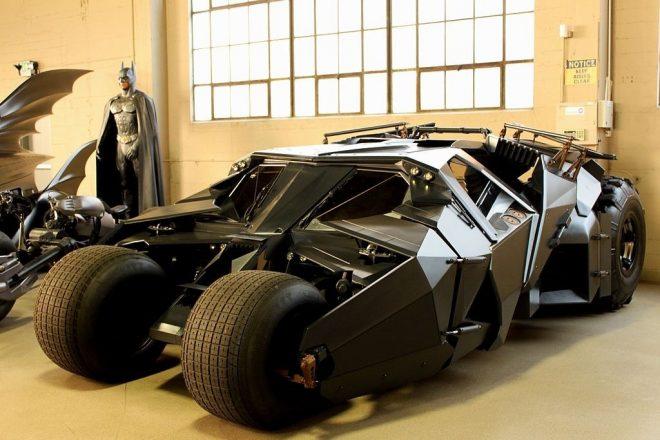 Бетмобиль в гараже