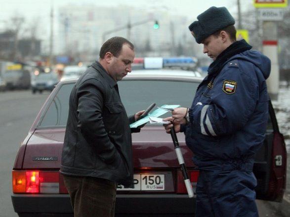 Проверка документов сотрудником ДПС