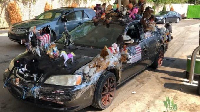 Тысяча игрушечных лошадок на машине