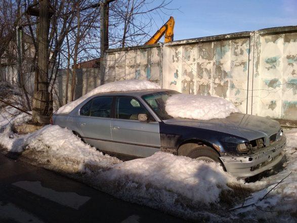 Машина под расстаявшим снегом