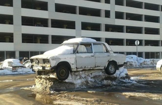 Машина на снежном постаменте