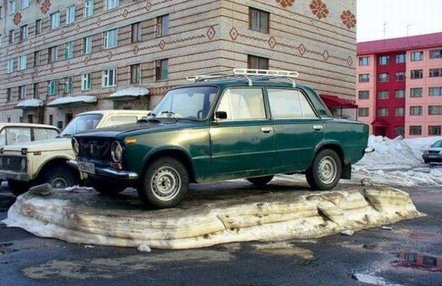 Машина на снежном пъедестале