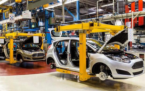 Сборка машин на заводе